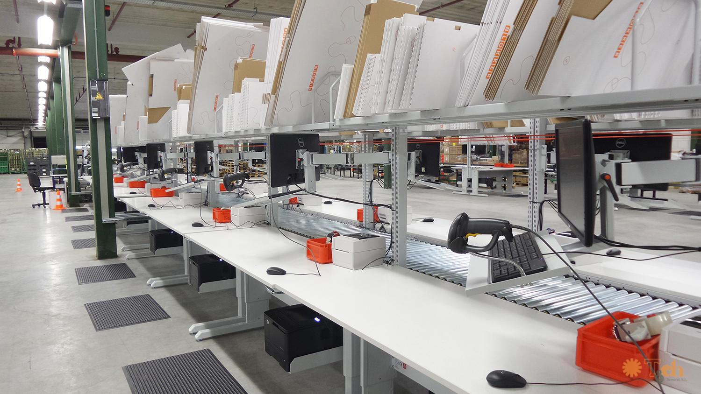Equipos informáticos en bancos de trabajo treston tch