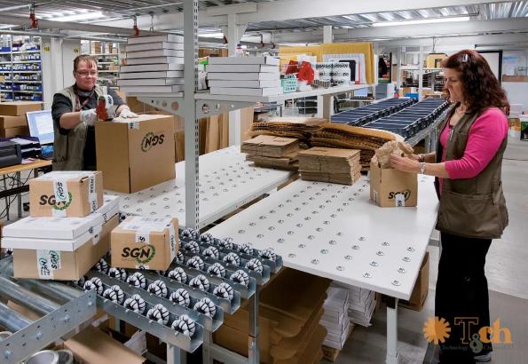 almacén logístico con mesas de empaquetado